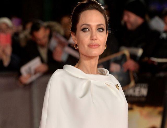 Анджелина Джоли следит за детьми во время занятий