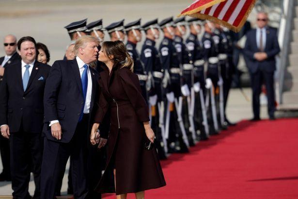Минутка нежности: Дональд Трамп впервые за долгое время публично поцеловал жену