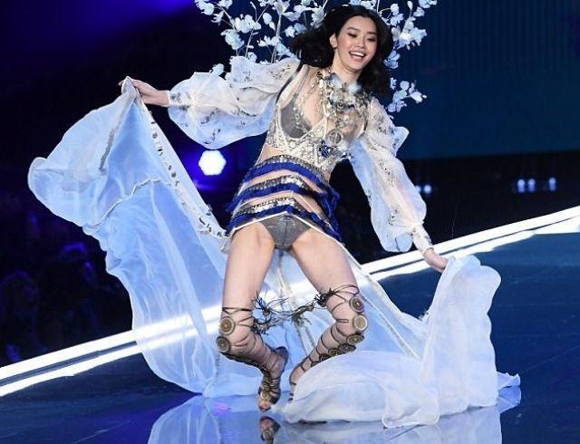 Китайская модель Мин Си упала во время показа Victoria's Secret-2017