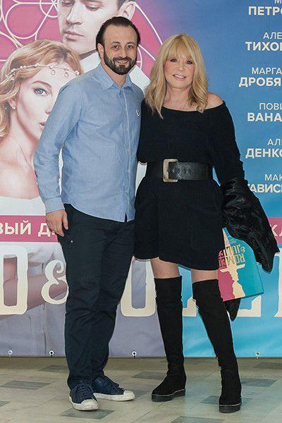 Она ли это? Пугачева появилась в коротком платье и ботфортах