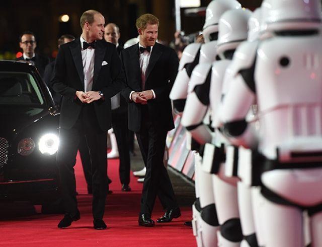 """Принцы Уильям и Гарри, прихватив 400 человек, посетили премьеру фильма """"Звездные войны: Последние джедаи"""", в котором снялись (ВИДЕО+ФОТО)"""
