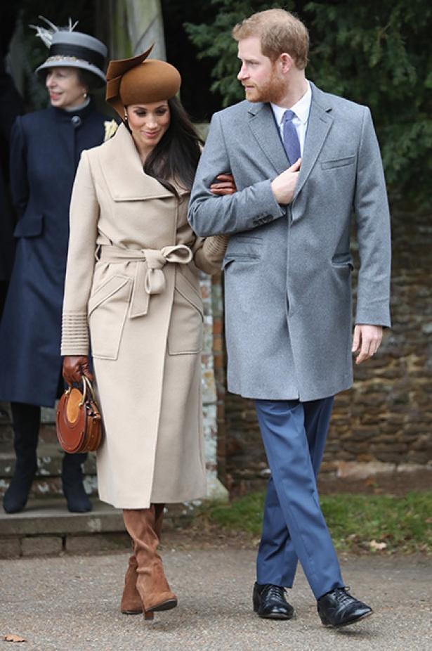 Все в сборе: Меган Маркл и Кейт Миддлтон с принцами Гарри и Уильямом посетили рождественскую службу (ФОТО)