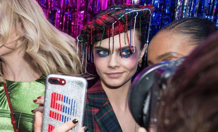 Глаза горят: Кара Делевинь примерила рождественский макияж