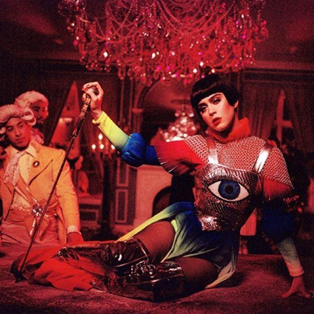 МОЯ КОРОЛЕВА: Кэти Перри примерила образы Марии-Антуанетты и Жанны Д'Арк — премьера нового клипа «Hey Hey Hey»
