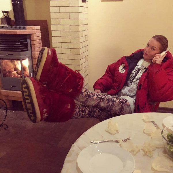 Не по размеру: Волочкова ходит по дому в гигантских унтах