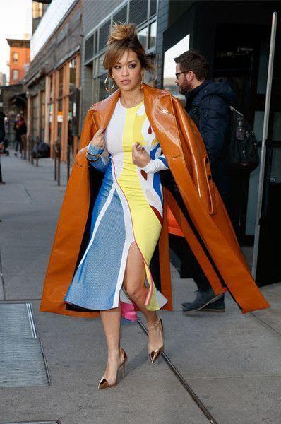 Неземная: Рита Ора вышла на улицу в космическом пальто