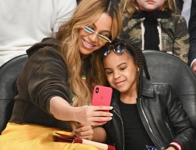 Куда мать, туда и дитя: Бейонсе с дочкой вызвали фурор на матче NBA (ФОТО)