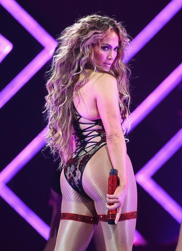Дженнифер Лопес поразила пикантным нарядом во время выступления (ФОТО)