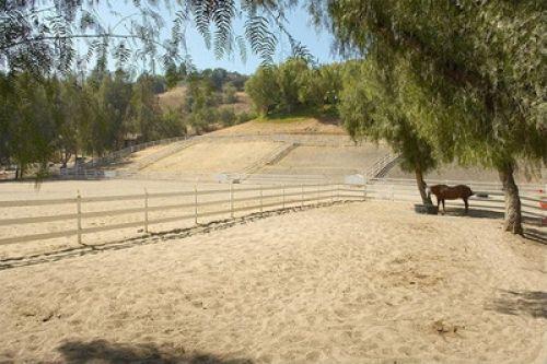 Майли Сайрус продает свое ранчо в Хидден-Хиллз за 5 млн. долларов (ФОТО)