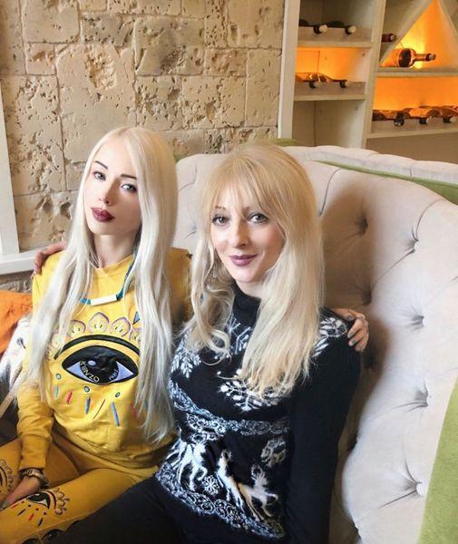 """ПОХОЖИ? """"Одесская Барби"""" Валерия Лукьянова взорвала сеть фото своих родителей"""