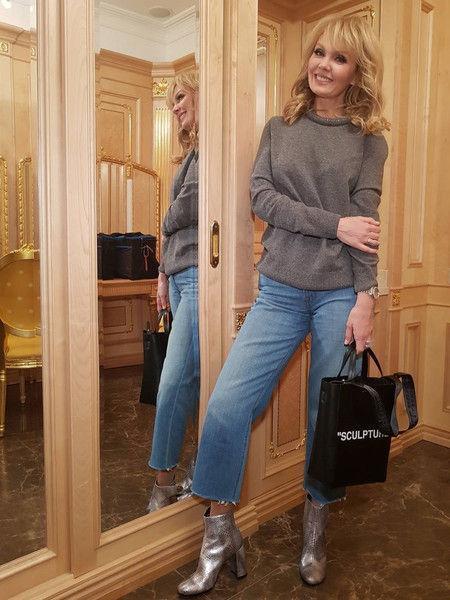 Валерия украсила ультрамодный образ сумкой-пакетом