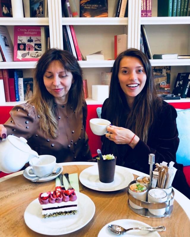 Регина Тодоренко вышла на красную дорожку с мамой