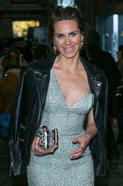 С актрисы Ванесы Ромеро на красной дорожке сползло платье