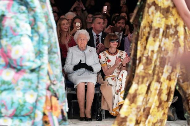 Королева Елизавета II посетила показ на Неделе моды в Лондоне (ФОТО)