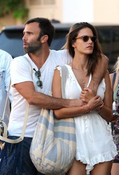 Алессандра Амбросио заедает расставание с женихом