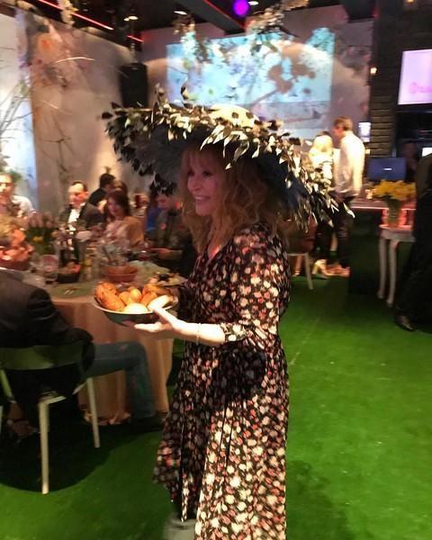 Алла Пугачева в платье в цветочек и венке из листьев встречает весну