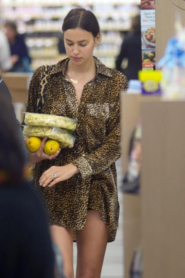 А где штаны? Ирина Шейк вышла за покупками в одной рубашке (ФОТО)