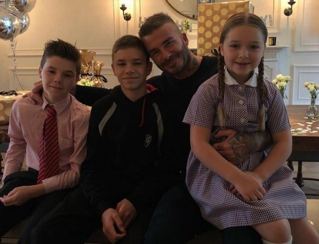 Дэвиду Бекхэму исполнилось 43 года: как жена Виктория, дочь Харпер и сыновья поздравили своего папу