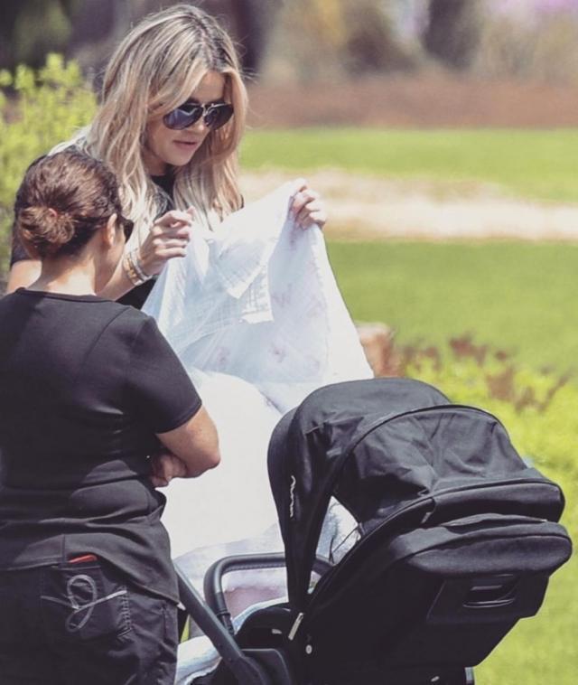 Хлое Кардашьян впервые была замечена на прогулке с дочерью (ФОТО)