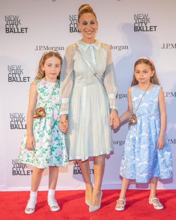 Сара Джессика Паркер вместе с дочками-близняшками появилась на публике (ФОТО)