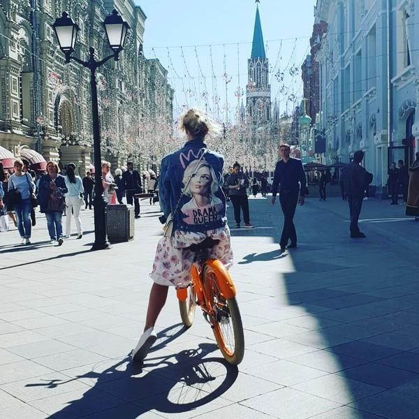 Легко узнать: Гагарина гуляет в джинсовке со своим портретом