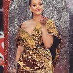 """Образ дня: Рианна в золотистом платье показала грудь на премьере """"8 подруг Оушена"""" (ГОЛОСОВАНИЕ)"""