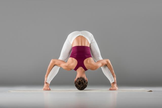 Йога после офиса: убираем боль в плечах и шее