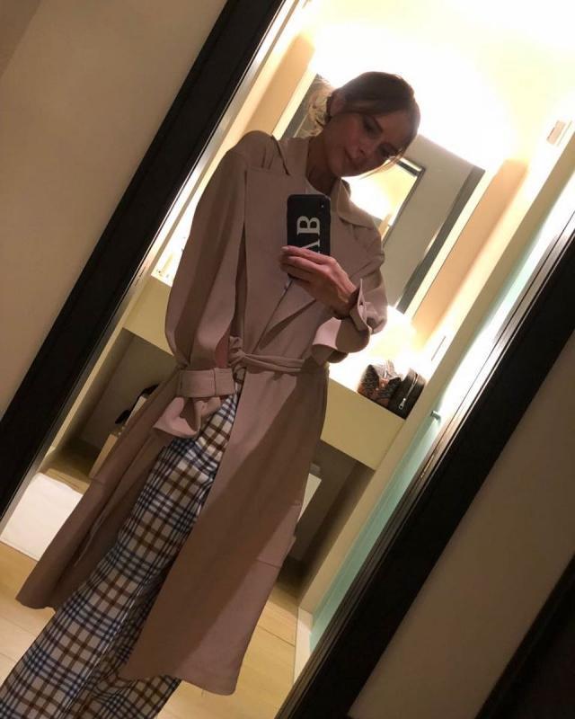 Виктория Бекхэм показала, как стильно сочетать брюки-клеш и тренч (ФОТО)