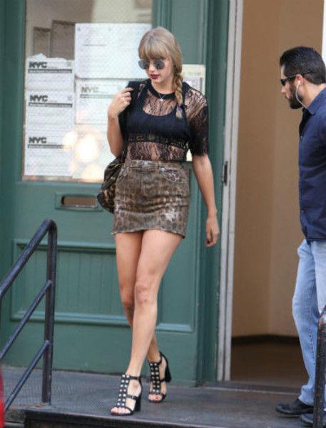 Тейлор Свифт показала толстые ляжки в мини-юбке