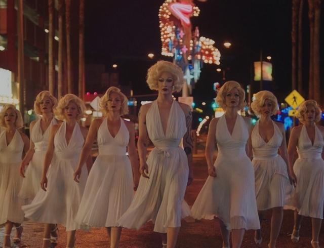 Сара Полсон и Аманда Мерфи встретили армию Мэрилин Монро в неоновой рекламе Prada