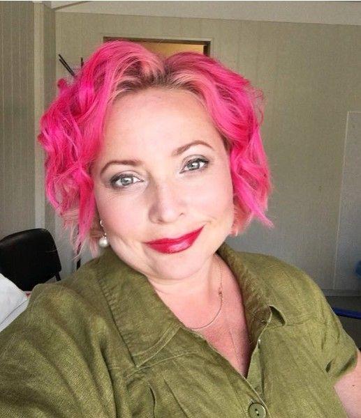 Цвет настроения розовый: Пермякова шокировала прической