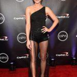 Кейт Бекинсейл показала толстые ляжки в прозрачном платье