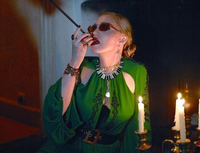 В чулках и кружеве: Мадонна накануне 60-летия стала лицом Vogue (ФОТО)