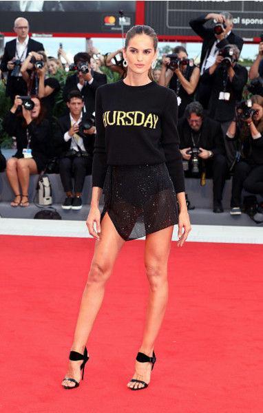 Супермодель прибыла на открытие Венецианского фестиваля в «голом» платье
