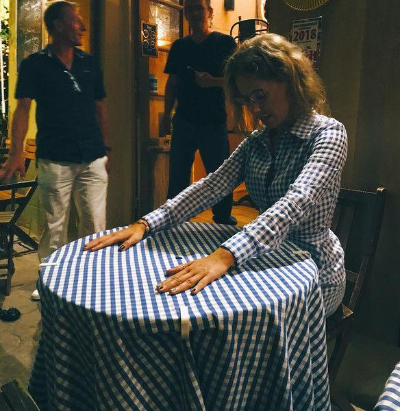 Собчак в дизайнерском платье слилась со скатертью в ресторане