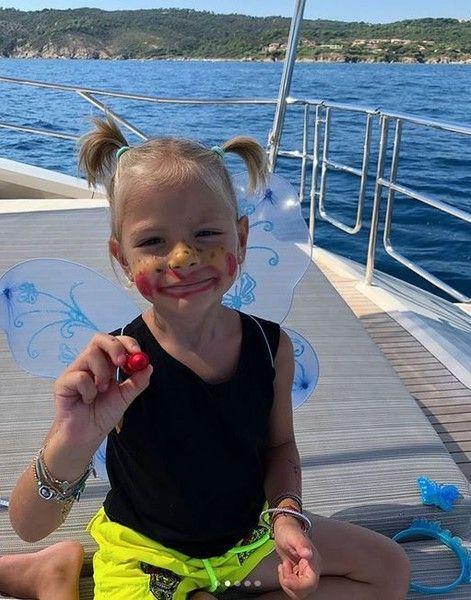 Фанаты спорят: стоит ли наказывать дочь Тимати за шалости