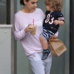 Мила Кунис с мужем и детьми вышли на прогулку в пижамах