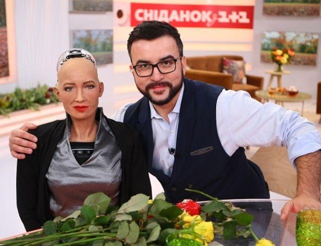 Руслан Сеничкин превзошел Уилла Смита и впервые в истории поцеловал робота Софию (ФОТО+ВИДЕО)
