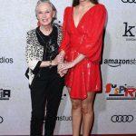 Дакота Джонсон пришла на вечеринку с 88-летней бабушкой