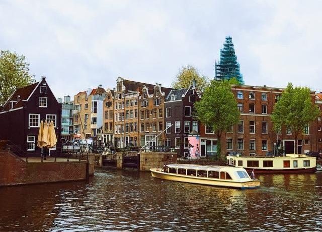 Как женская грудь плавала по каналам Амстердама