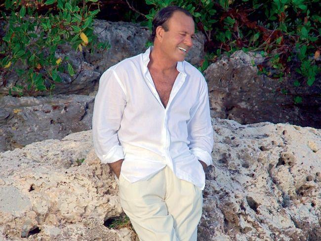 Хулио Иглесиасу исполняется 77: вспоминаем интересные факты биографии и хиты исполнителя